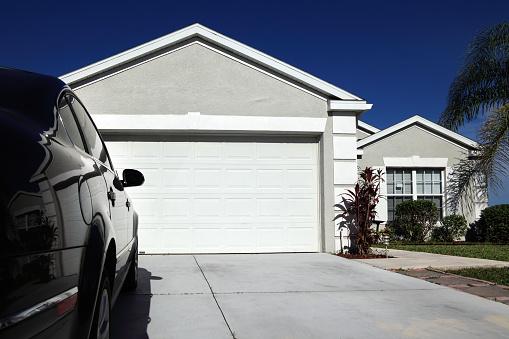Gulf Coast States「Close up single family house exterior over blue sky」:スマホ壁紙(17)