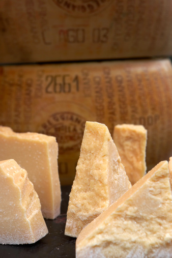 Dairy Product「Sections of parmesan cheese on market stall, close-up」:スマホ壁紙(15)