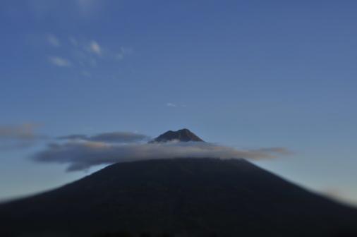 アグア火山「The Agua volcano ringed by clouds at dusk.」:スマホ壁紙(7)