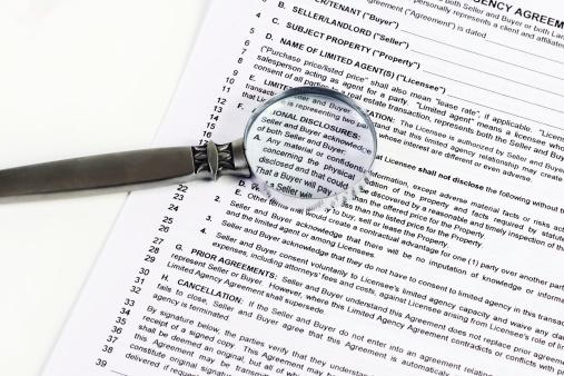 Deed「Magnifying glass close-up on buyer-seller agreement. Horizontal.」:スマホ壁紙(7)