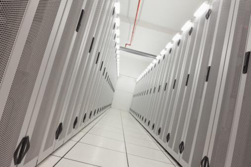 Data Center「Empty hallway of tower servers」:スマホ壁紙(13)