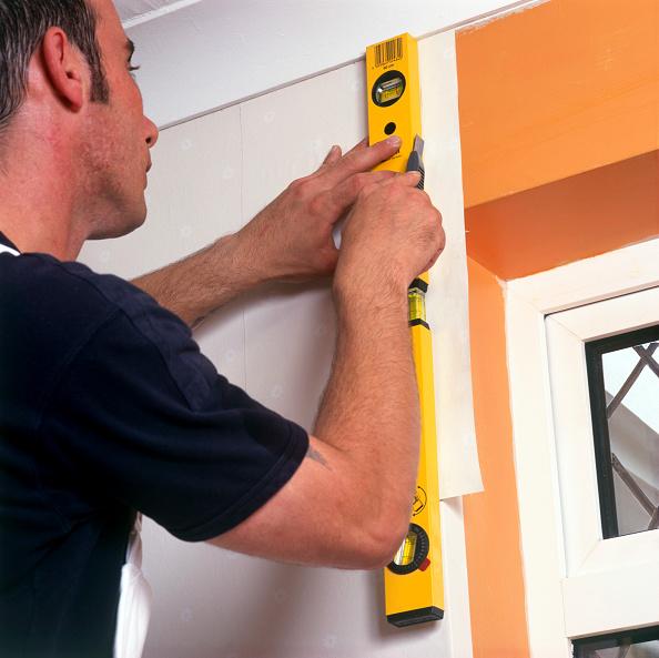 Hanging「Handyman hanging wallpaper」:写真・画像(15)[壁紙.com]