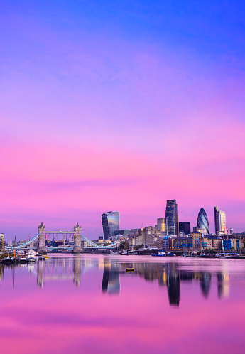 London Bridge - England「City of London Downtown Skyline and River Thames with Glowing Sunset, United Kingdom」:スマホ壁紙(16)