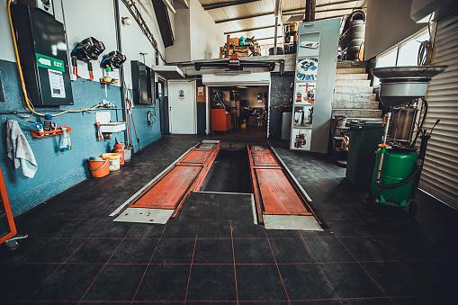 Automobile Industry「Inside of modern auto repair shop」:スマホ壁紙(13)