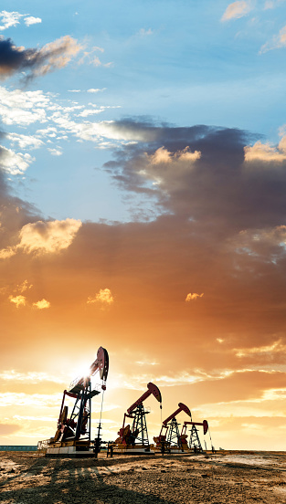 Oil Pump「Oil pumps working under the sunrise sky」:スマホ壁紙(5)