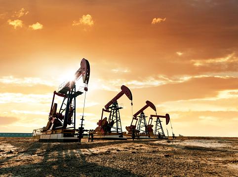 Oil Pump「Oil pumps working under the sunrise sky」:スマホ壁紙(1)