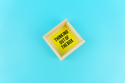 Kota Kinabalu「Thinking Out Of The Box Text on Yellow Sticky Notes Inside The Wooden Box. Thinking Outside The Box Concept.」:スマホ壁紙(15)