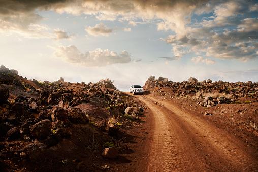 4x4「Off road vehicle on a red dirt road.」:スマホ壁紙(12)