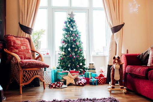 Below「Presents Under the Christmas Tree」:スマホ壁紙(17)