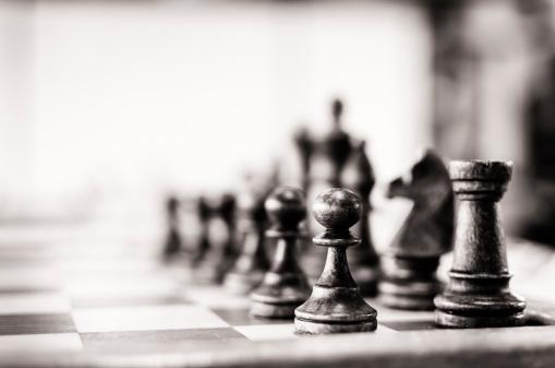 並んでいる「ビンテージチェスボード」:スマホ壁紙(10)