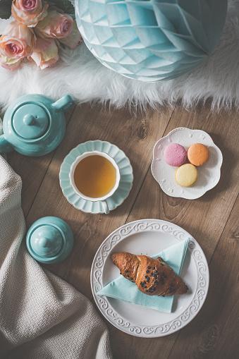 パステルカラー「マカロン、紅茶、クロワッサンのパーティーテーブル」:スマホ壁紙(6)