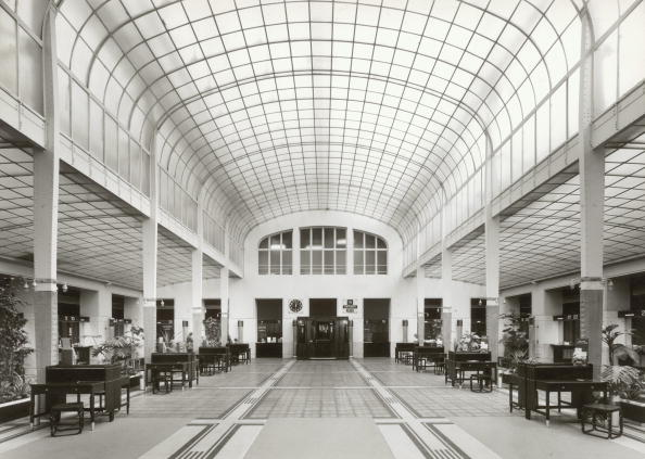 Architecture「The cash desk hall at the Postsparkasse in Vienna , built by Otto Wagner around 1910, Photograph 1979」:写真・画像(1)[壁紙.com]