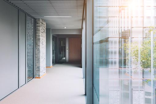 Corporate Business「Empty corridor in modern office building」:スマホ壁紙(13)