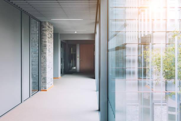 Empty corridor in modern office building:スマホ壁紙(壁紙.com)
