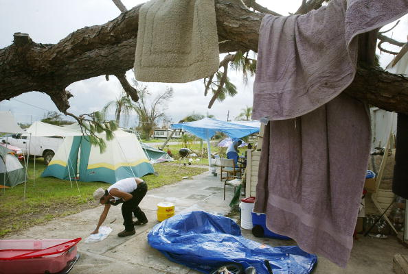 Tent「Family Living in Tents Due to Hurricane Charley」:写真・画像(17)[壁紙.com]