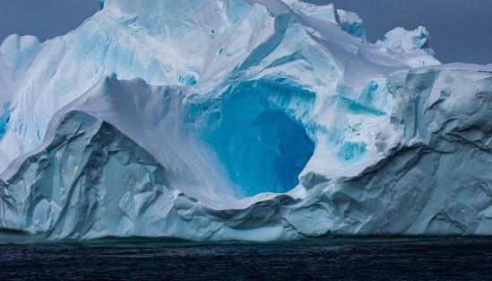 Bizarre「Massive Iceberg floating in Antarctica」:スマホ壁紙(19)