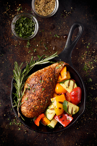 Cast Iron「Roast chicken breast and grilled vegetables」:スマホ壁紙(2)