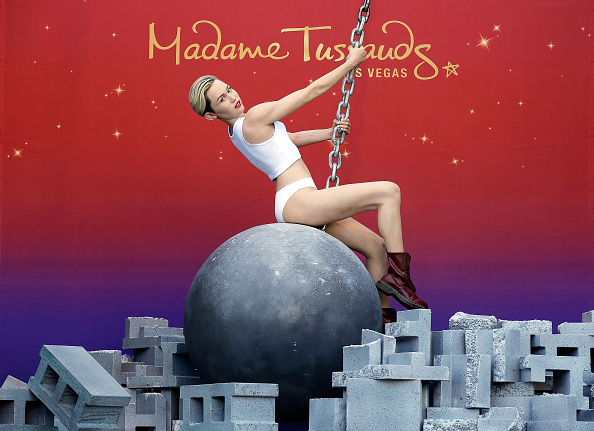 Destruction「Madame Tussauds' Miley Cyrus Figure Debuts Atop A Wrecking Ball In Las Vegas」:写真・画像(2)[壁紙.com]
