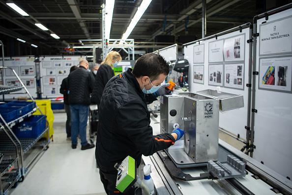 Working「Spanish Carmaker SEAT Makes Ventilators At Martorell Factory」:写真・画像(2)[壁紙.com]