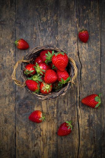 Basket「Wickerbasket of strawberries on dark wood」:スマホ壁紙(8)