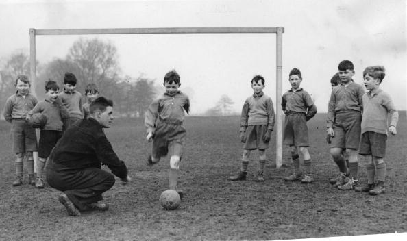 Boys「Soccer training for boys, England, Photograph, Around 1930」:写真・画像(1)[壁紙.com]