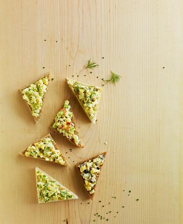 Fennel「Overhead open faced egg salad sanwich on wood」:スマホ壁紙(8)