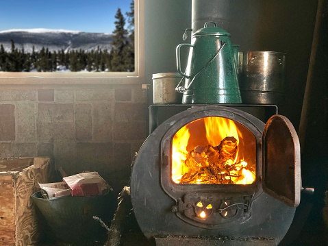 Log「Wood burning stove in cabin」:スマホ壁紙(16)