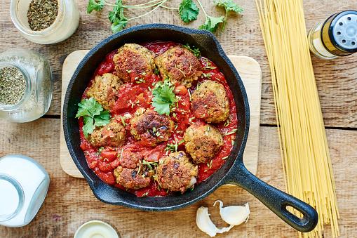 Cast Iron「Vegan meatless balls in tomato sauce in a cast iron pan」:スマホ壁紙(4)
