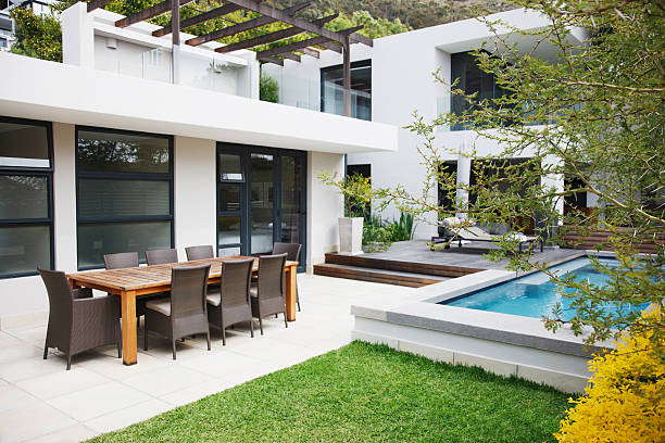 Dining area next to modern house and swimming pool:スマホ壁紙(壁紙.com)