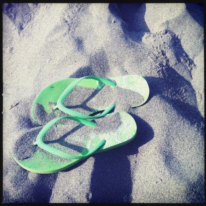 Flip-Flop「Overhead view of pair of Green flip-flops on sand」:スマホ壁紙(18)