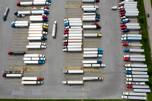 Traffic「Large Group of Semi Trucks at Truck Stop, Aerial View, USA」:スマホ壁紙(10)