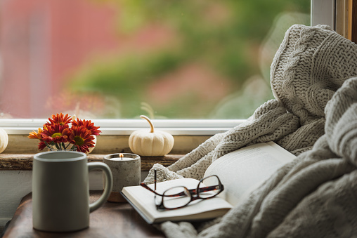 Reading「A cozy reading nook in the fall with a blanket and coffee」:スマホ壁紙(18)