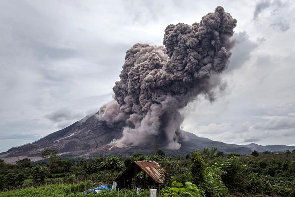 Volcano「Thousands Flee As Mount Sinabung Erupts」:写真・画像(12)[壁紙.com]