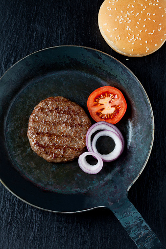 Burger「Fried beef patties with onions and tomato in pan」:スマホ壁紙(7)