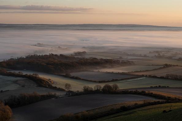 Hill「Early Morning Mist Forms Below Firle Beacon」:写真・画像(3)[壁紙.com]