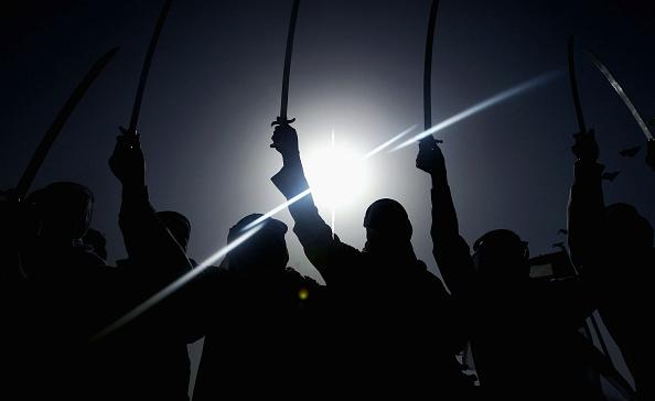 Sword「Bedouin Dancers Perform War Dance Near Iraqi Border In Kuwait」:写真・画像(5)[壁紙.com]