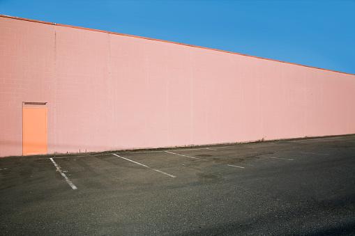 ピンク色「Pink Wall by Parking Lot」:スマホ壁紙(7)