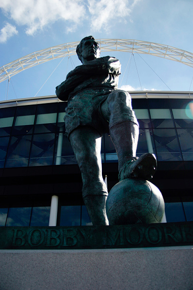 Outdoors「Statue of Bobby Moore outside Wembley Stadium. Wembley Stadium was designed by architects HOK Sport and Foster & Partners with Engineers Mott Macdonald and was built by Multiplex.  The signature feature is the circular section lattice arch which is 133 m」:写真・画像(16)[壁紙.com]