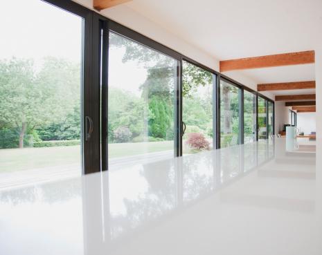 Lawn「Modern kitchen and glass walls to backyard」:スマホ壁紙(5)