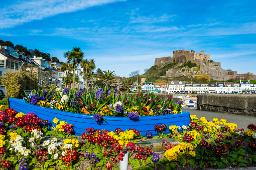 Jersey - England「United Kingdom, Channel islands, Jersey, the town of Mont Orgueil and its castle, flower bouquet in a boat」:スマホ壁紙(18)