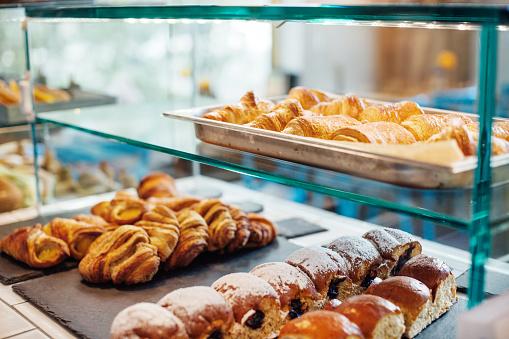 Bread「Freshly baked food in display cabinet at cafe」:スマホ壁紙(17)