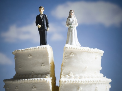 Married「Wedding cake visual metaphor with figurine cake toppers」:スマホ壁紙(10)