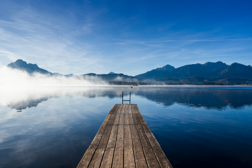 Standing Water「A wooden jetty on Lake Hopfensee at sunrise」:スマホ壁紙(19)