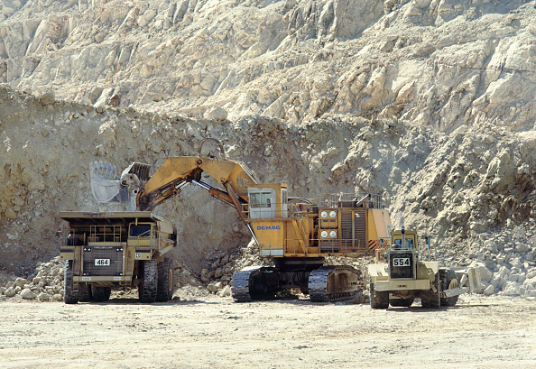 Mining - Natural Resources「A demag hydraulic loader fills a big Cat truck at a gold mine in Nevada」:写真・画像(18)[壁紙.com]