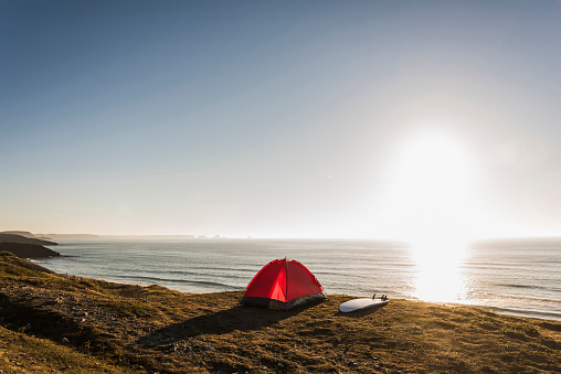 Camping「Red tent and surfboard at seaside in the evening twilight」:スマホ壁紙(8)