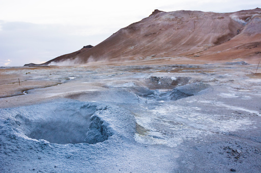 Volcanic Landscape「Boiling hot blue coloured mud puddle with Namafjall in the background, at Hveraröndor Hverir Geothermal Area, at Namaskard Pass in Iceland.」:スマホ壁紙(11)