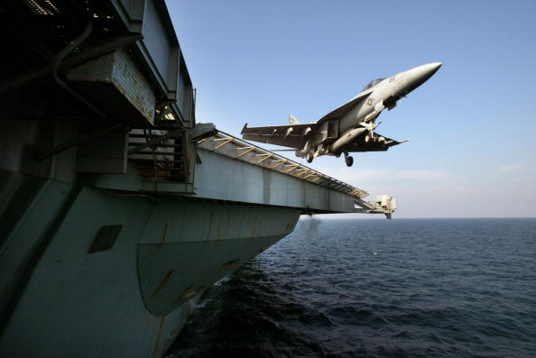 Bay of Water「Pilots From USS Abraham Lincoln Patrol No Fly Zone Over Iraq」:写真・画像(1)[壁紙.com]