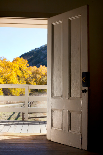 Front Door「Old door looking out to fall foliage」:スマホ壁紙(0)