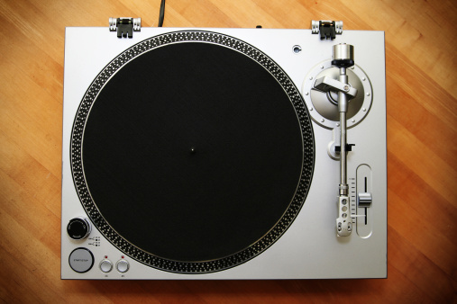 Turntable「Chrome Turntable / Record Player on Wood Background」:スマホ壁紙(13)