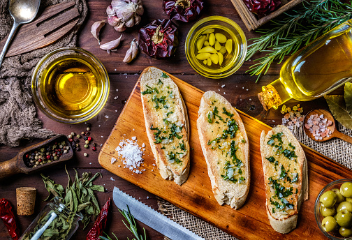 Fresco「Snack or appetizer of garlic basil and olive oil bruschetta on table in a rustic kitchen」:スマホ壁紙(11)